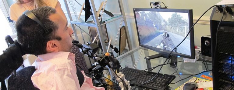 Orang dengan Disabilitas daksa (paraplegia) sedang bermain games